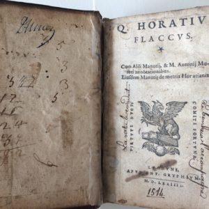 Titel: Convoluut met meerdere werken van Quintus Horatius Flaccus (Carminum, Epodon, Carmen Saeculare, Epistolarum, Ars Poetica, et Sermonem), gevolgd door de Satyrae van Junius Juvenalis en Persius Flaccus.. Schrijver: Flaccus, Quintus Horatius; Juvenalis, Junius en Persius Flaccus. Uitgever: Antonius Gryphium te Lyon, 1574; Antonius Gryphium te Lyon, 1567. Taal: Latin